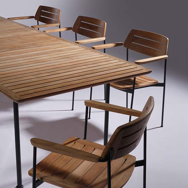 close-up: all layout teak corners have a soft round edge for looks and comfort—no hard bumps