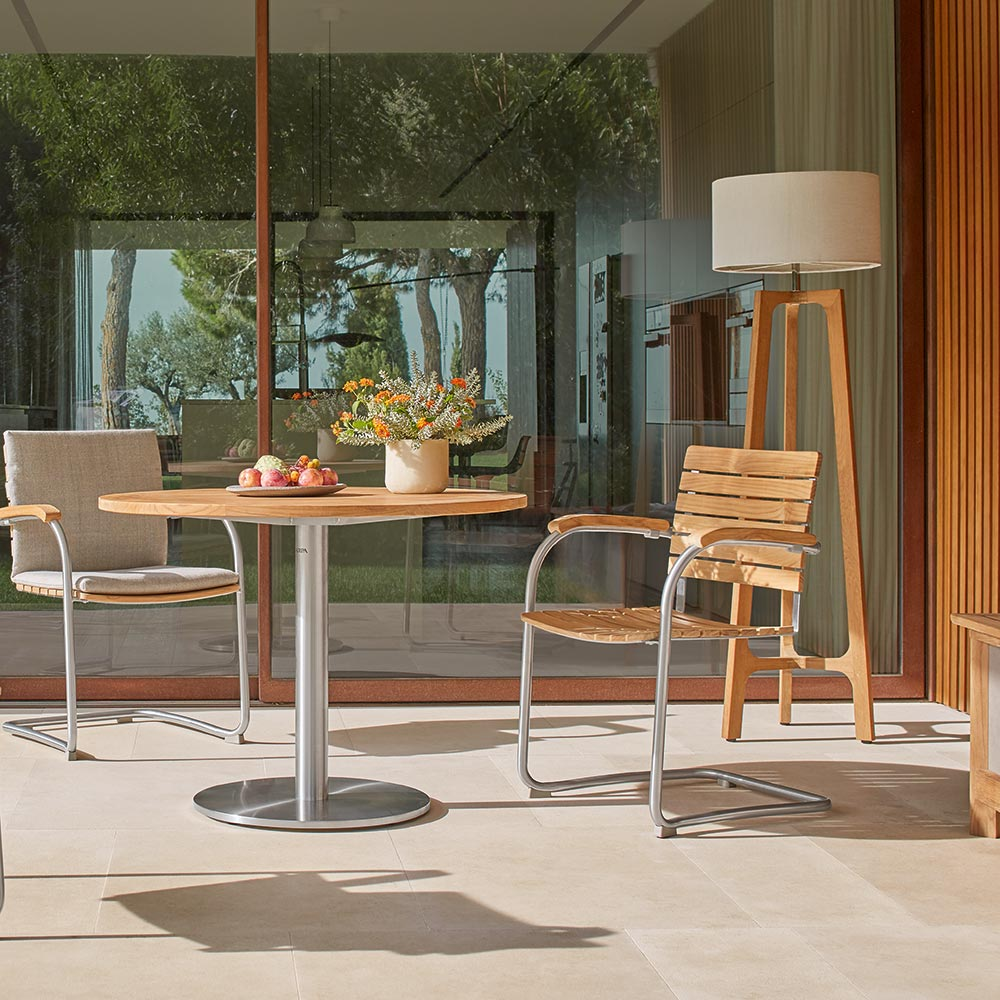 curved profile: the curved stainless steel profile of the stackabled teak cantilever chair