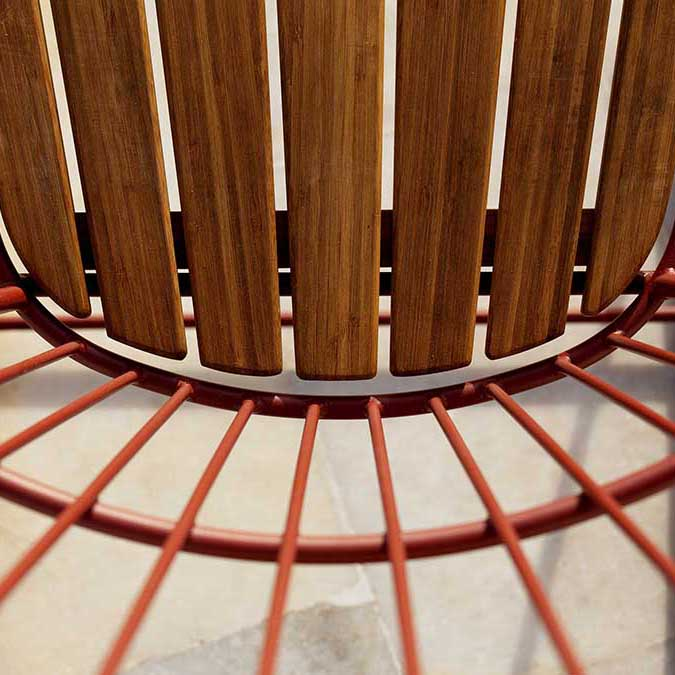 workmanship detail: hoe powder-coated steel in paprika with beautiful bamboo lamellas