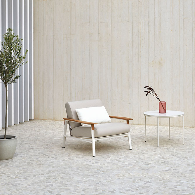 solitary oasis: city lounge chair in cream aluminum frame with beige synthetic rope seat and back