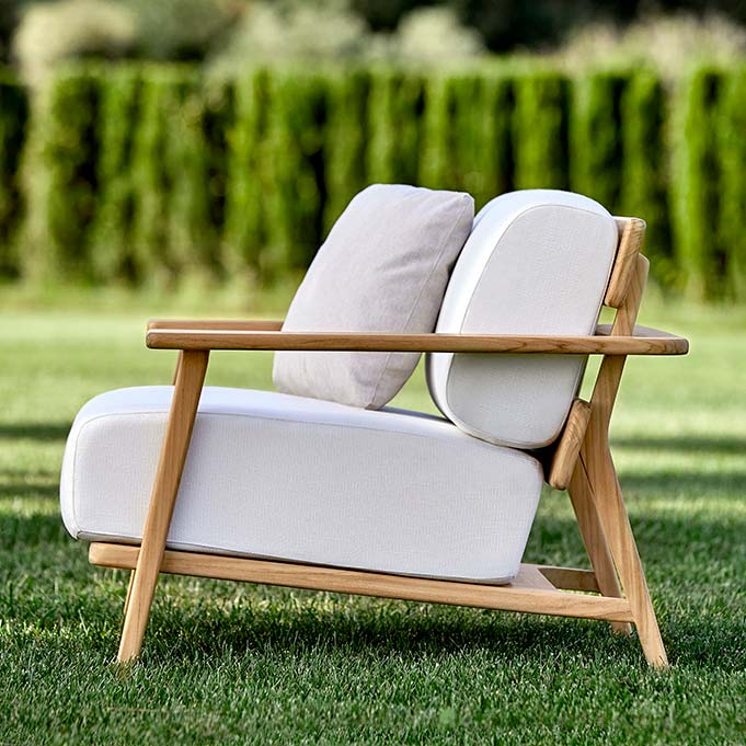 profile view: paralel lounge chair with teak frame and luxurious seat and back cushion (optional: deco cushion)