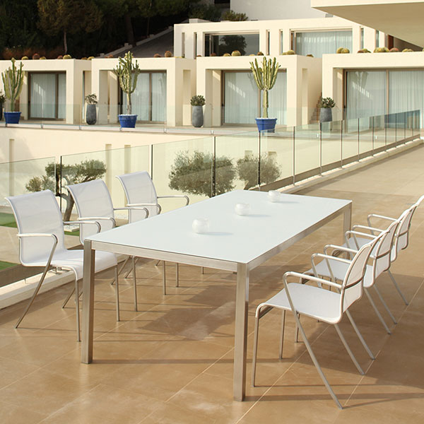foreground: six QT armchairs; lower level at pool: two QT relax chairs (all white batyline sling)