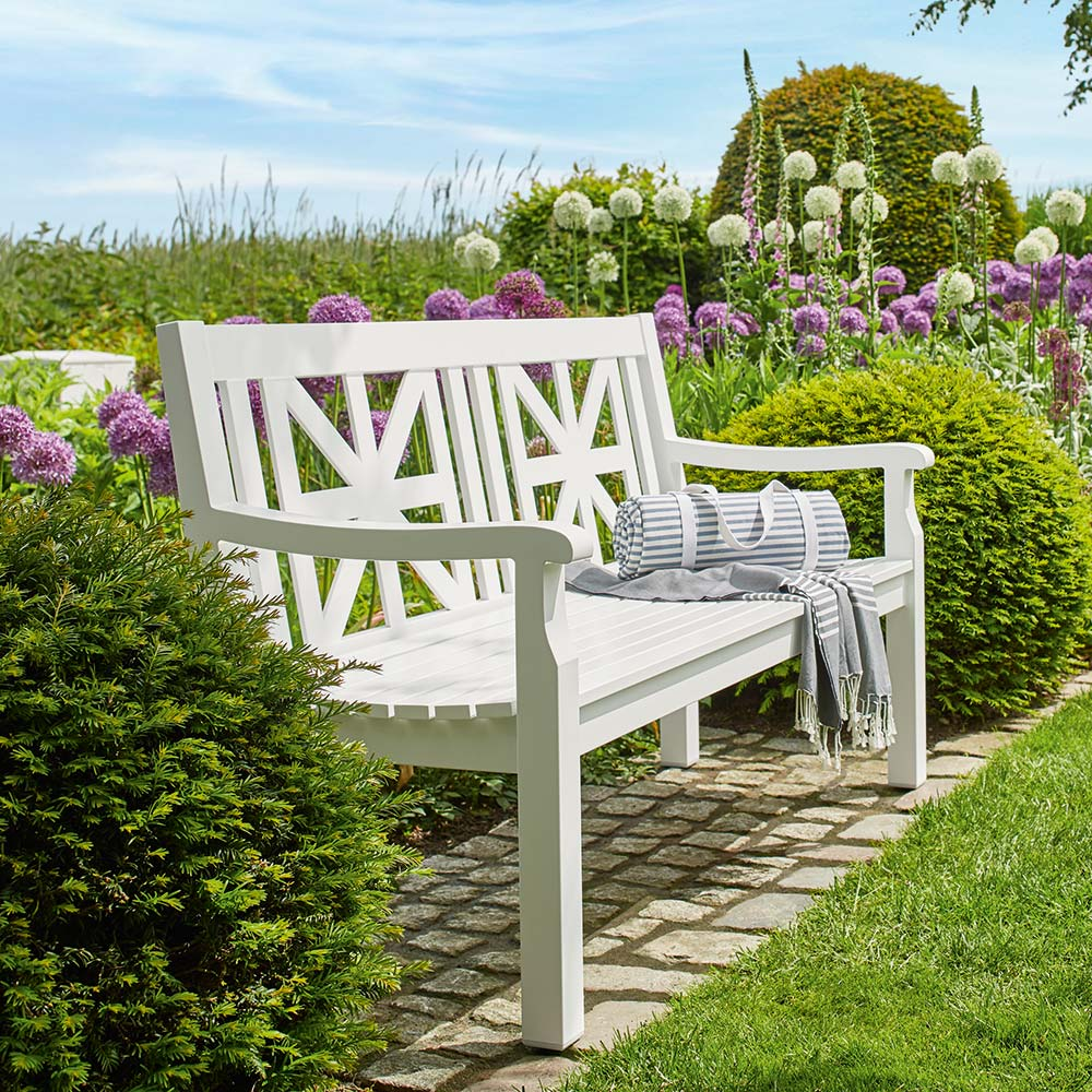idyllic country life: the white aluminum cottage bench is reminiscent of classic wooden benches, but is much easier to maintain