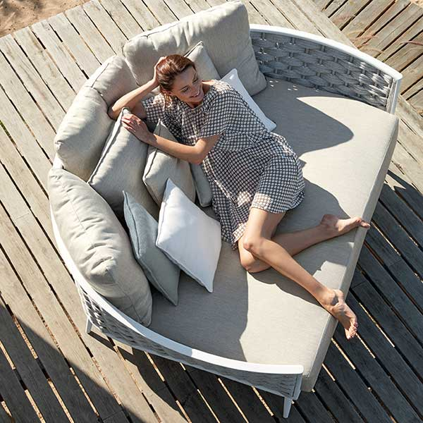 relax in the sun: cascade daybed with all its comforts (1 seat, 3 back and 7 deco cushions included in price)
