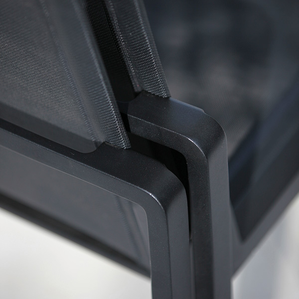 detail: soft edges of the powder-coated aluminum frame (anthracite) and sling (black batyline)